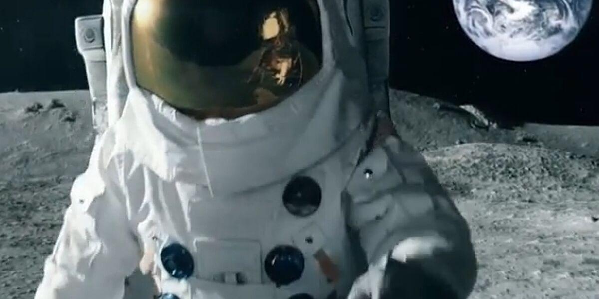 Astronaut auf Mond - Neue Marketing-Kampagne bei Mobilcom-Debitel