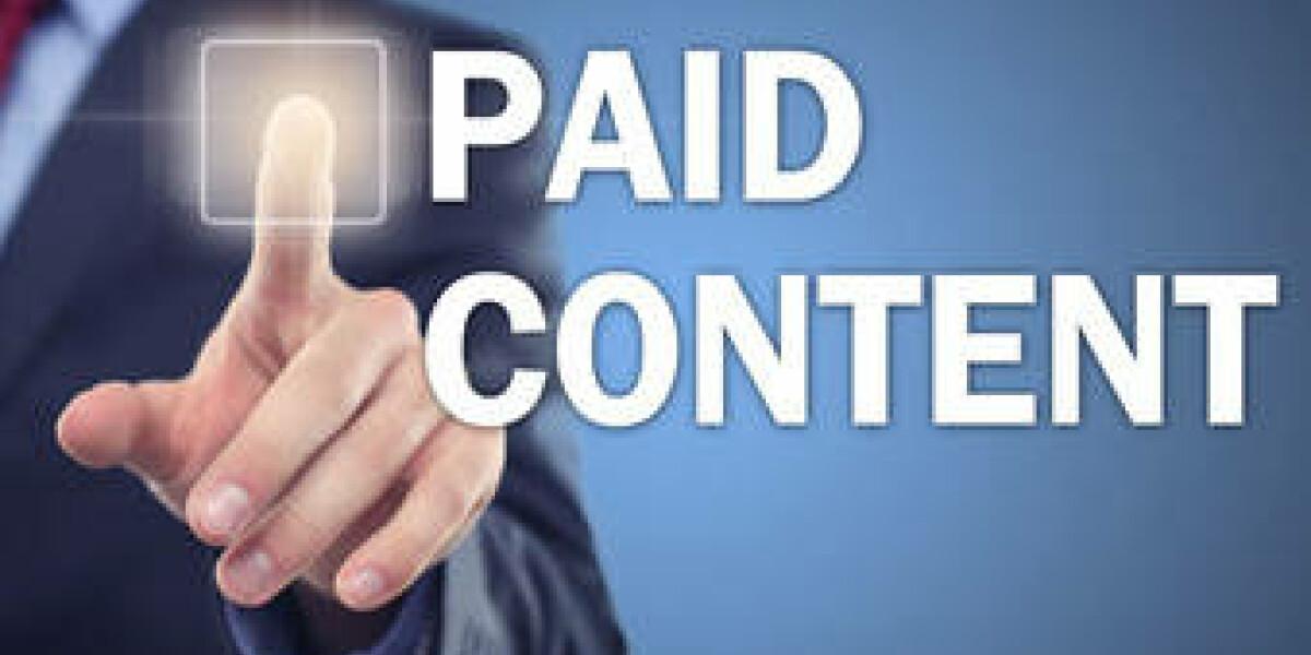 Mann-tippt-auf-Schriftzug-Paid-Content