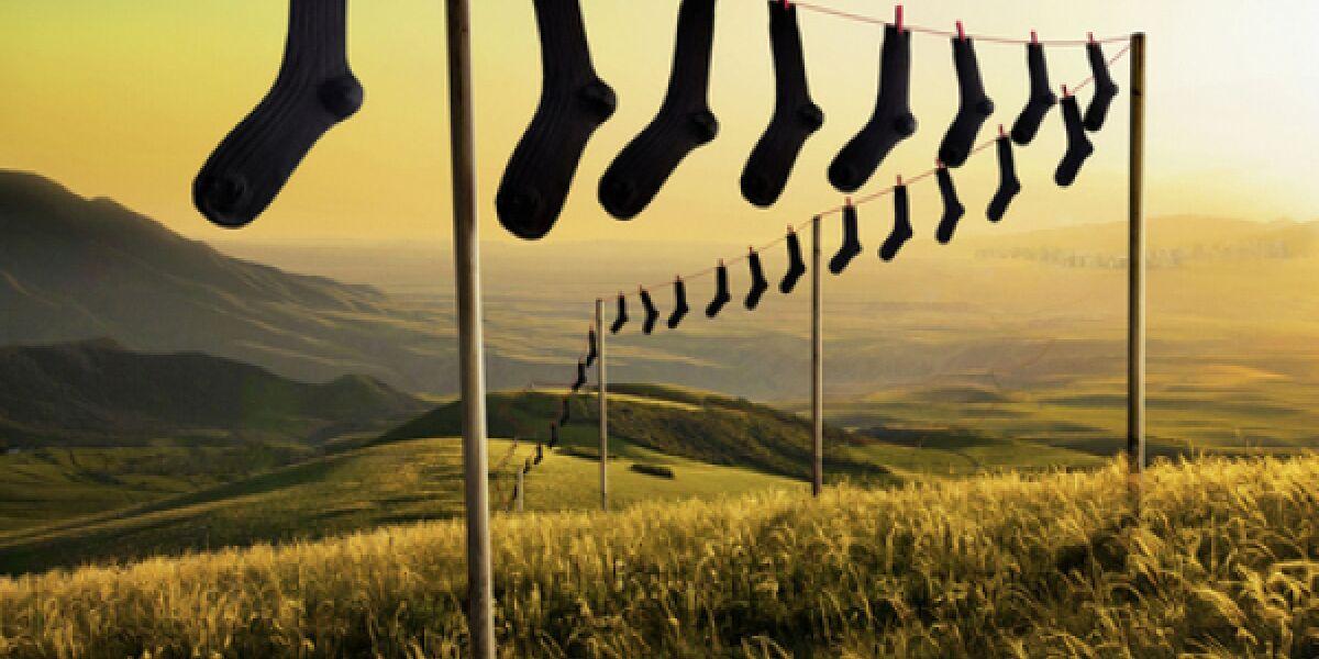 Socken an einer Wäscheleine im Sonnenuntergang