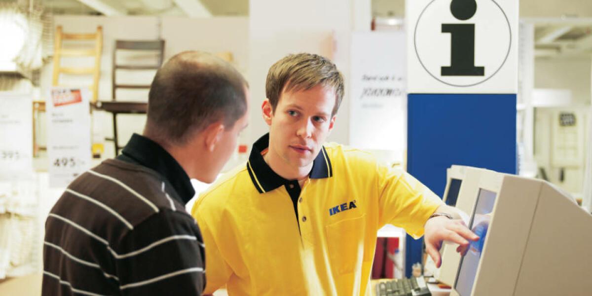 Ikea Mitarbeiter informiert einen Kunden