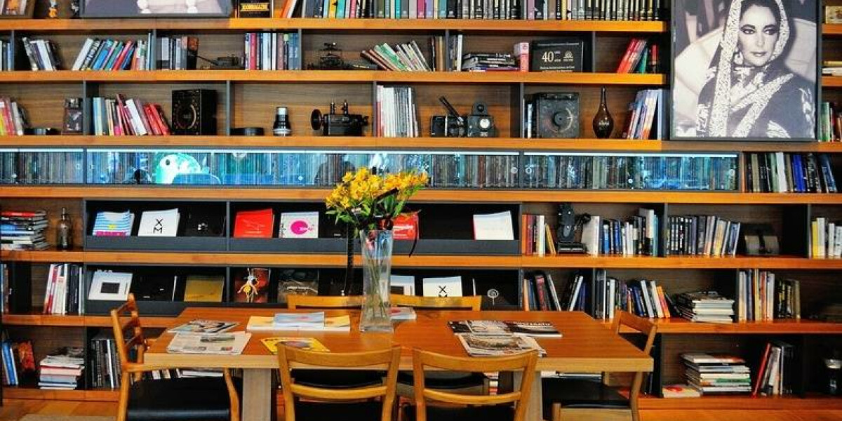 Bücher und Filmplakate in einem Regal