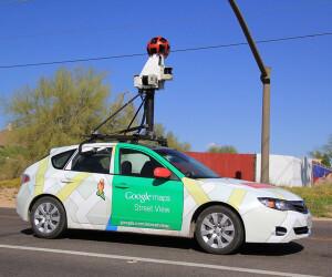 Auto mit Kamera auf dem Dach