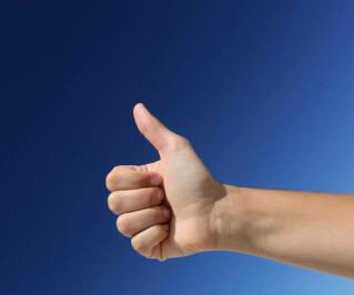 Hand mit Daumen hoch