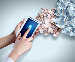 Hand mit Smartphone und Geld