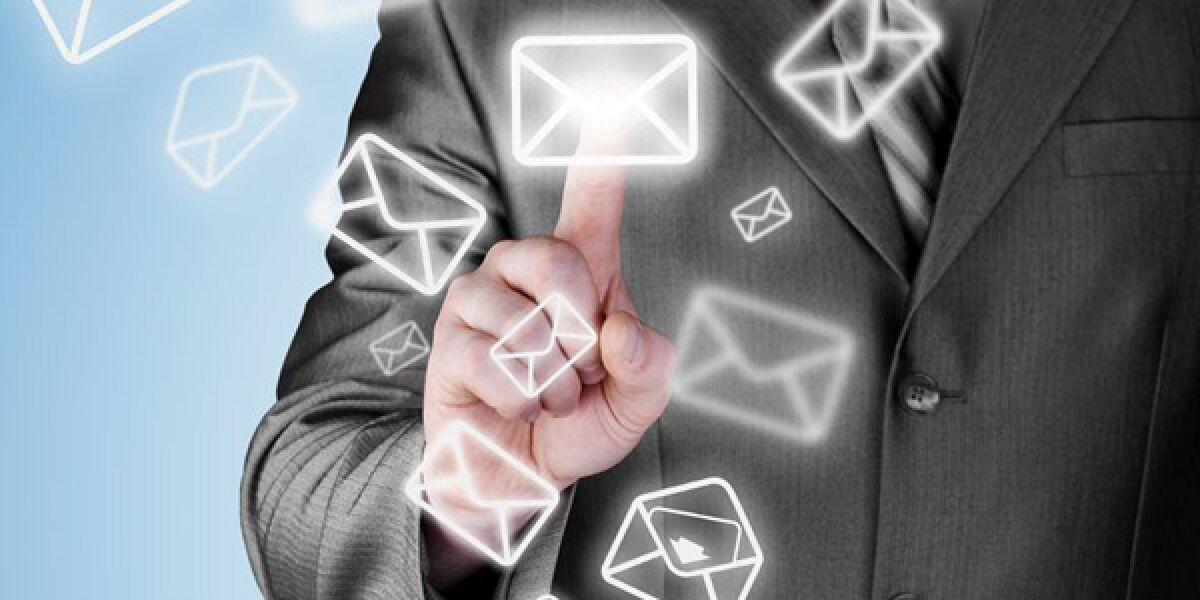 Mann tippt mit Finger auf Mail