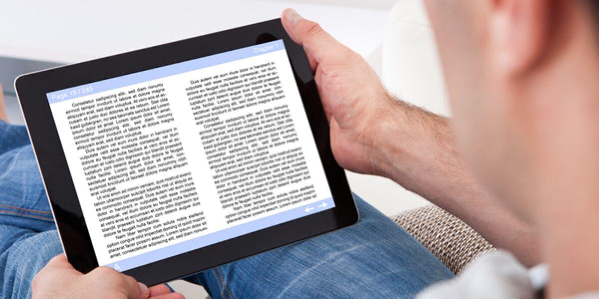 Mann liest E-Book