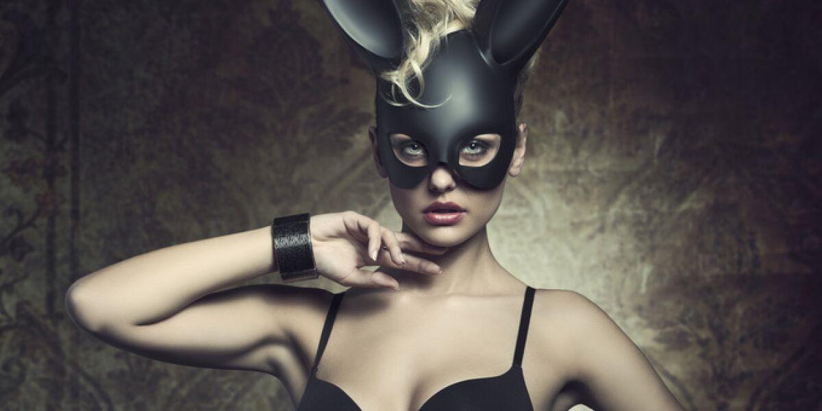Frau in Dessous und Maske
