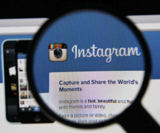 Instagram Startseite durch eine Lupe