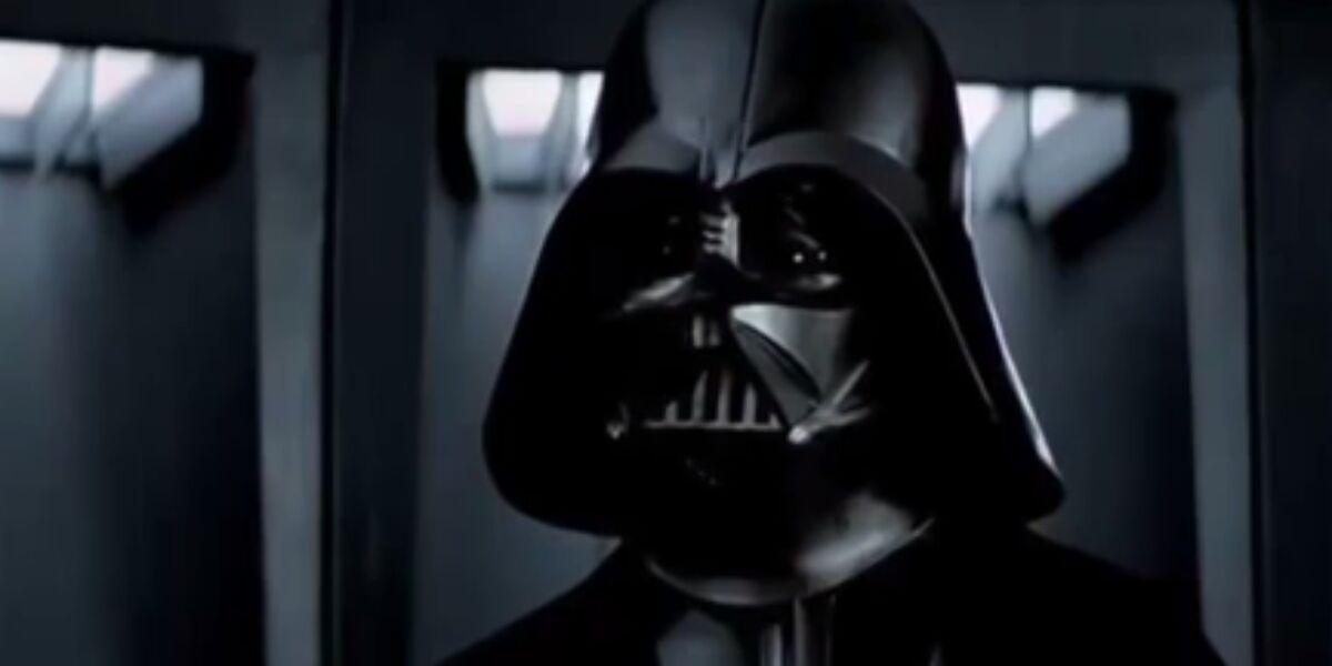 Mann mit dunkler Gesichtsmaske und schwarzem Umhang
