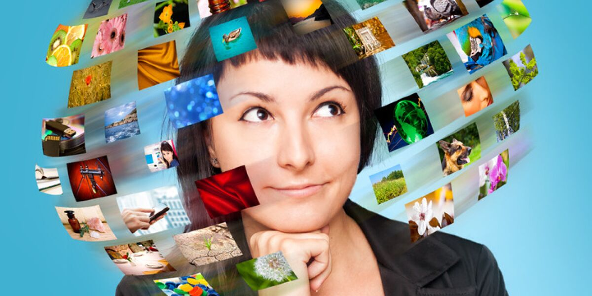 Frau mit Bildern