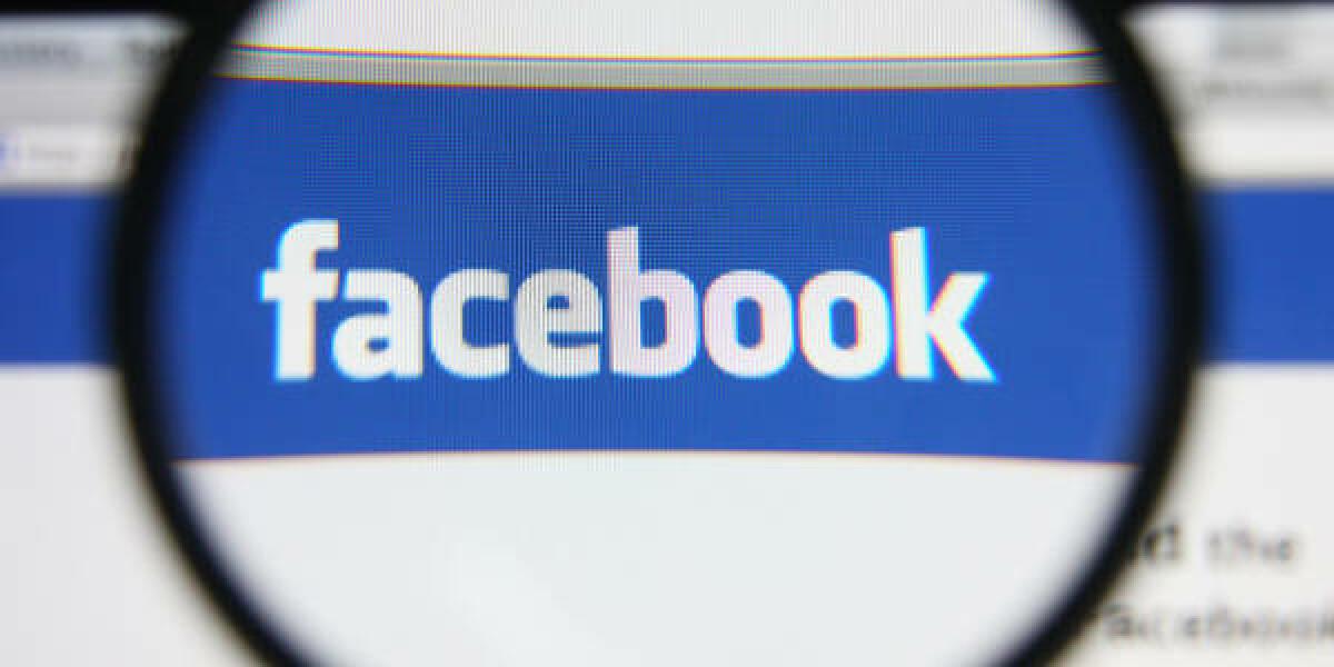 Facebook Webseite mit Lupe