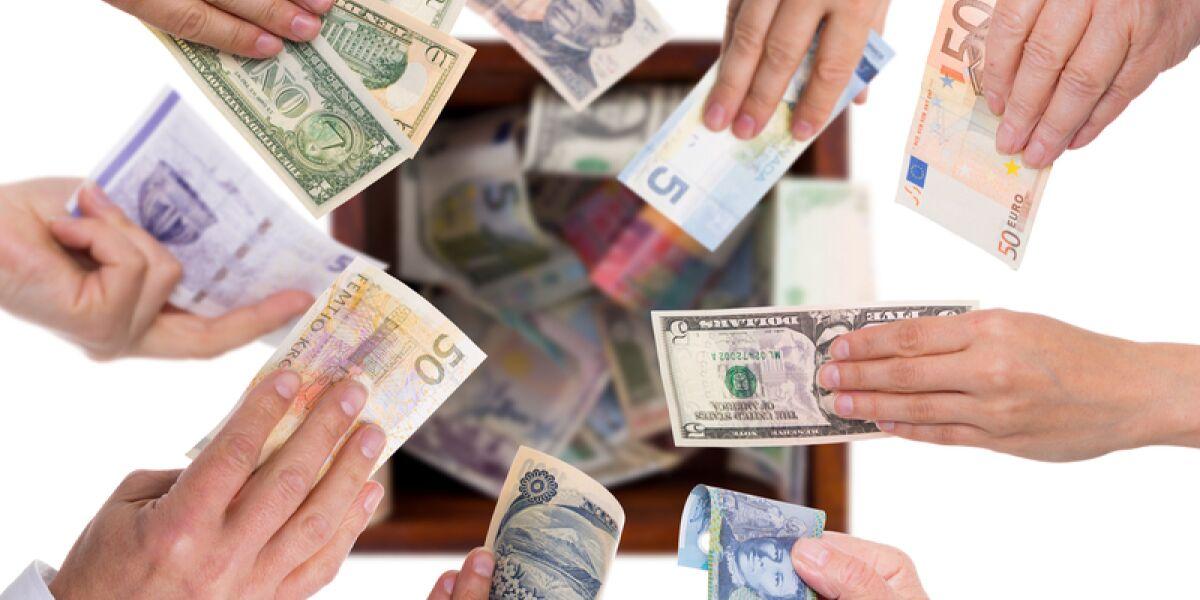 Hände reichen Geldscheine