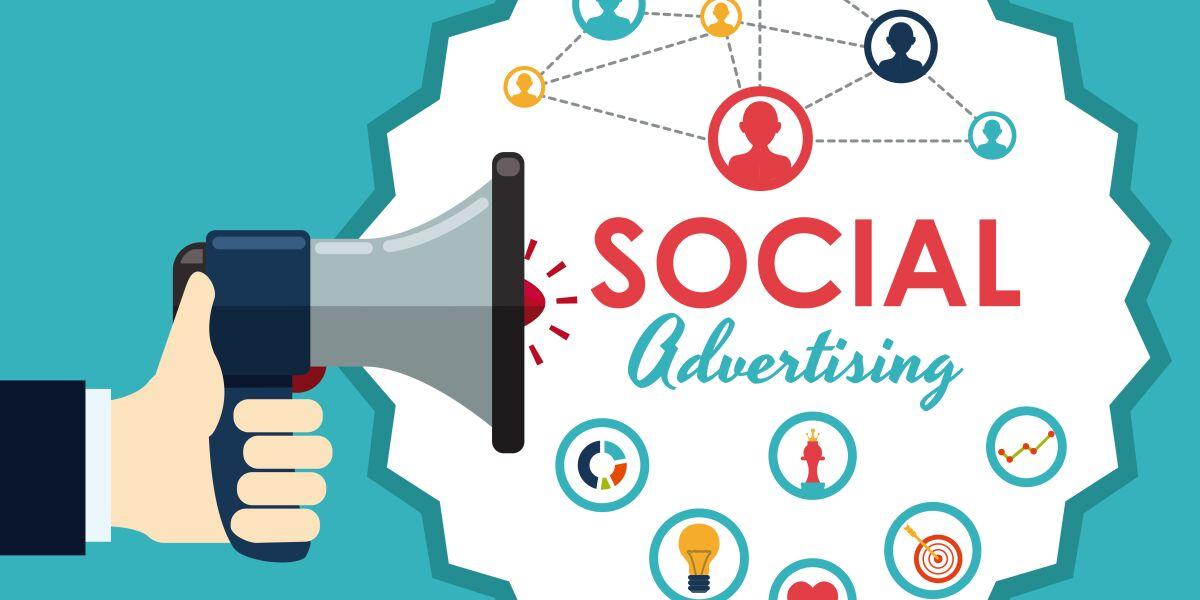 eine Hand mit Megaphon aus dem die Wörter Social Advertising ströhmen