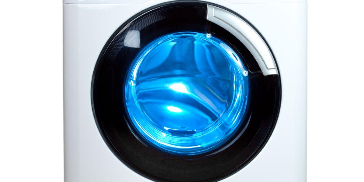 weiße Waschmaschine mit blauer Trommel