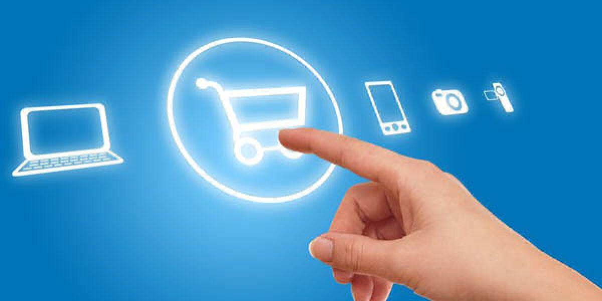 Finger tippt auf Button mit Einkaufswagen