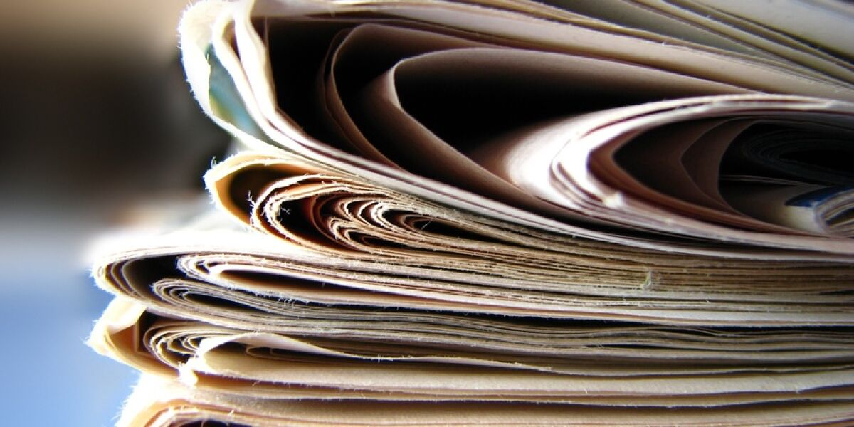 Ein Stapel an Zeitungen