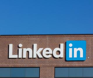 Das Logo von LinkedIn auf einem Haus