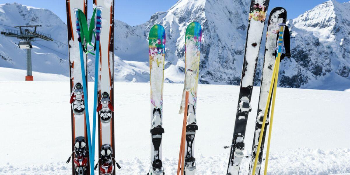 Sechs Skier im Schnee stecken