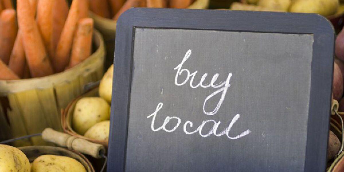 """Gemüse mit """"Buy-local""""-Schild"""