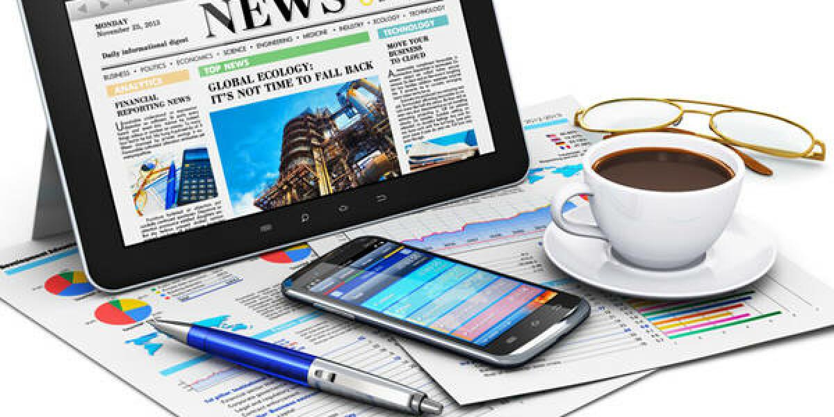 Kugelschreiber, iPad, Smartphone und Kaffee stehen auf Zeitung
