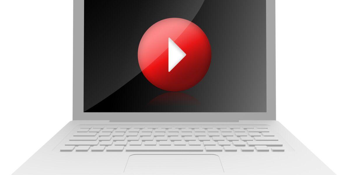 Ein Laptop mit einem Play-Button auf dem Bildschirm