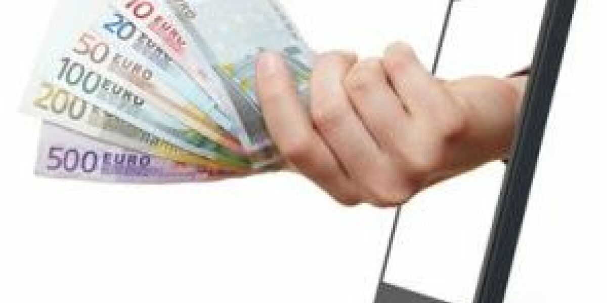 Hand mit Geldscheinen kommt aus Handy