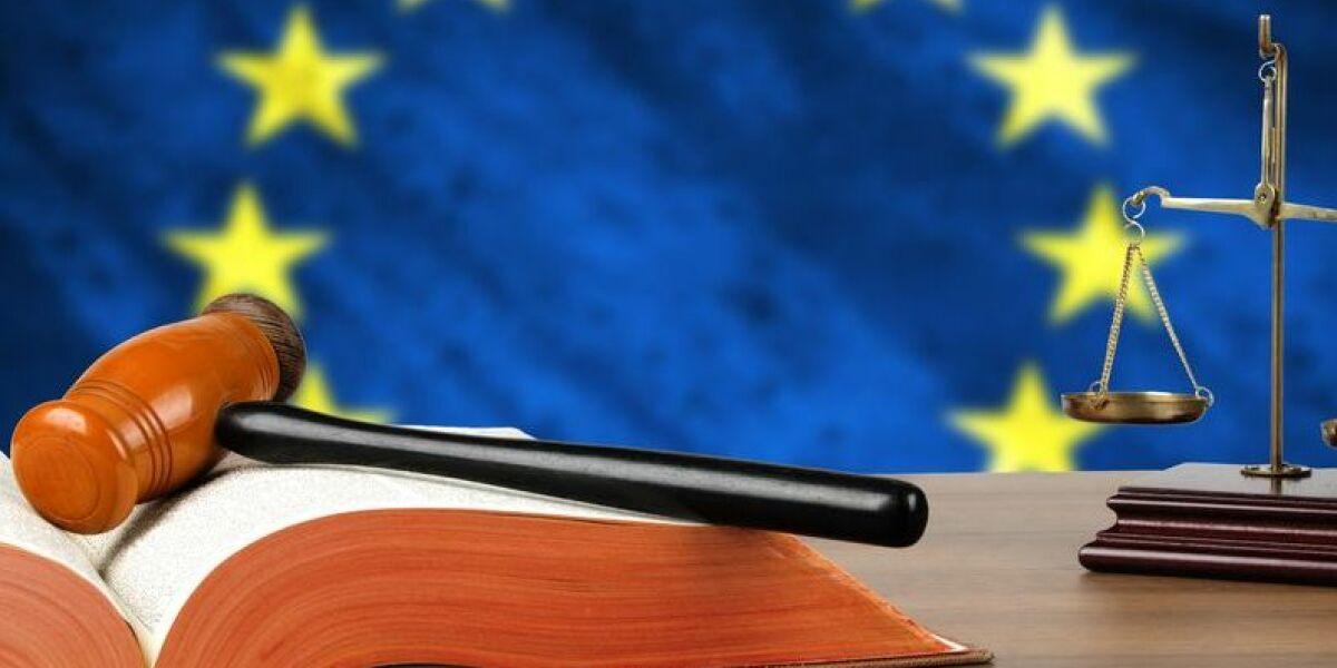 EU-Fahne Gerichtshammer Waage