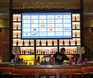Barkeeper steht hinter Bar