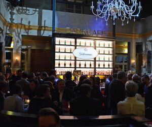 Gäste stehen und reden in Raum vor Bar