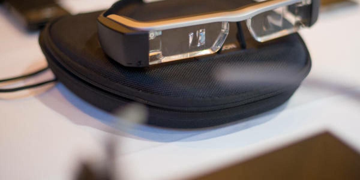 Datenbrille liegt auf Tisch