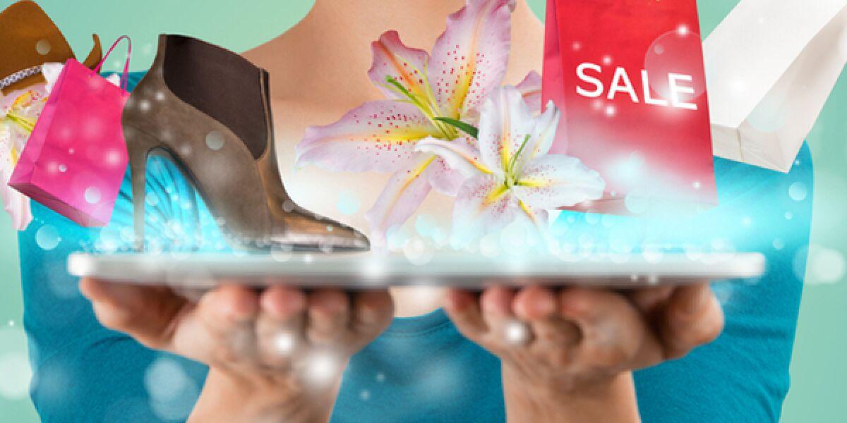 Frau hält Tablet mit Schuhen, Tasche und Blumen in der Hand