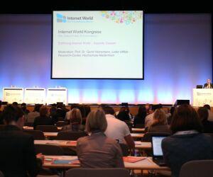 Menschen bei der Keynote auf der Internet World Messe