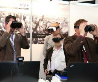 Männer blicken durch Google Glass