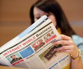 Eine Frau liest die INTERNET WORLD Business