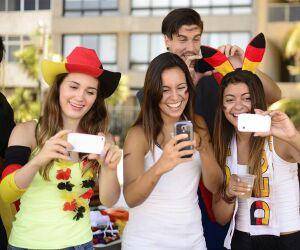 Deutsche Fußballfans mit ihren Smartphones