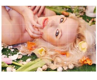 Blonde Frau liegt in Blumenwiese