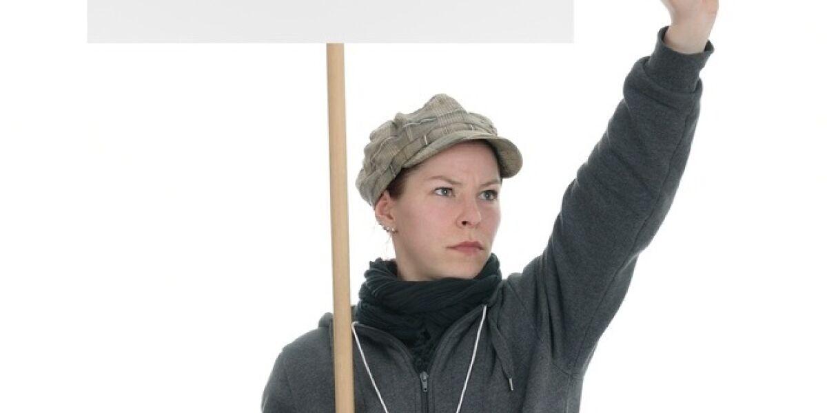 Frau mit Plakattafel