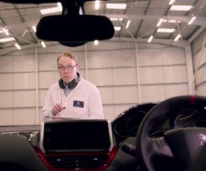 Mann mit Kopfhörern um den Hals schaut in einen Peugeot