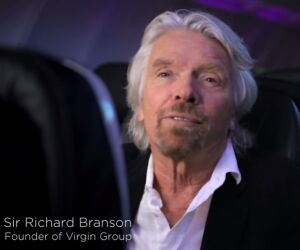 Mann sitzt im Flugzeug