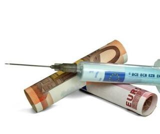 Spritze mit Geldscheinen