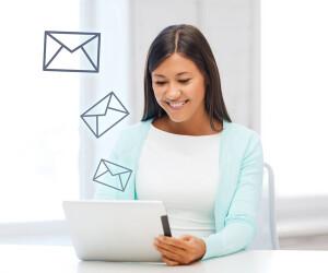 Frau liest Mails auf Tablet