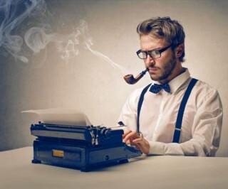 Autor mit Pfeife und Schreibmaschine