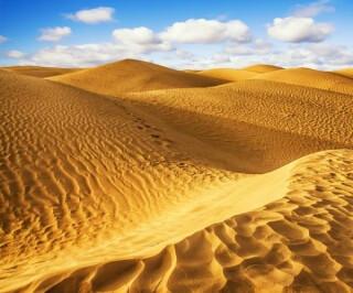 Wüstendünen mit Wolkenhimmel