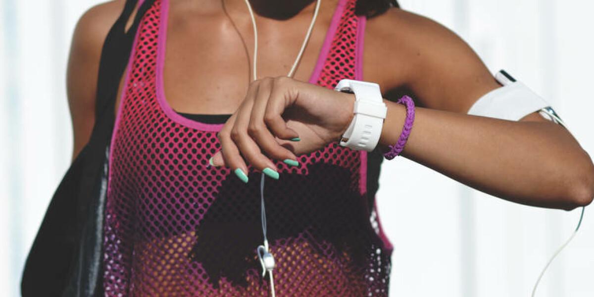 Frau in Sportkleidung mit Pulsuhr