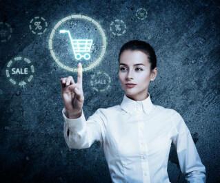 Frau tippt auf virtuellen Einkaufswagen