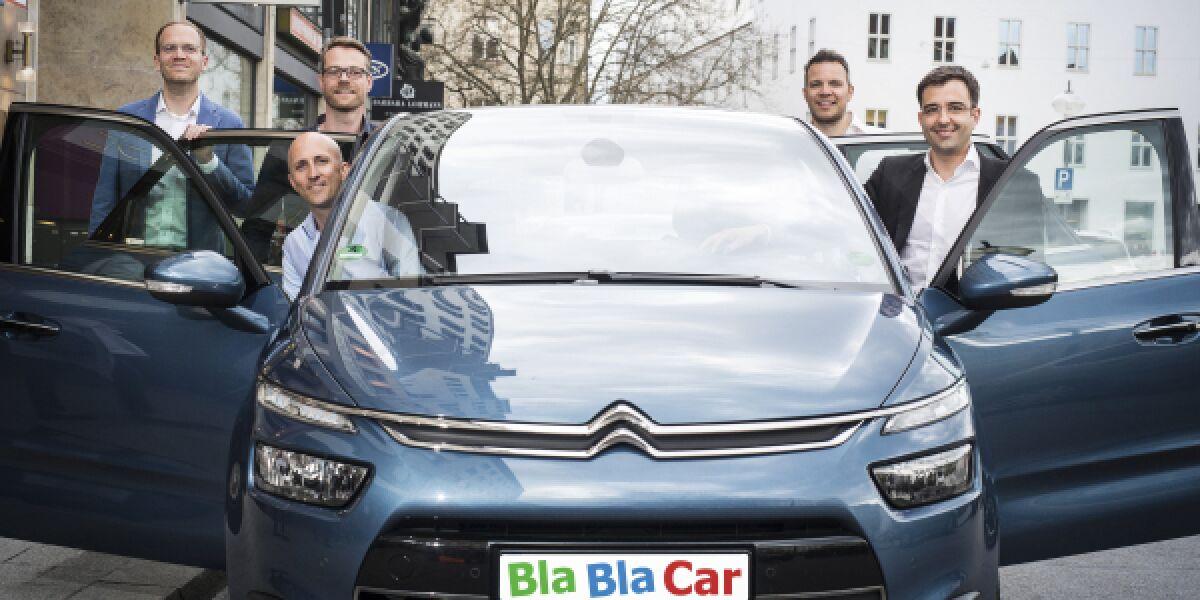 Auto von Blablacar mit Männern an offenen Türen