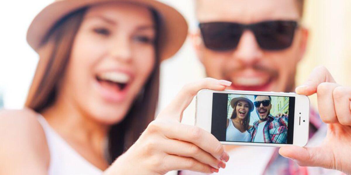 Zwei Menschen machen ein Selfie