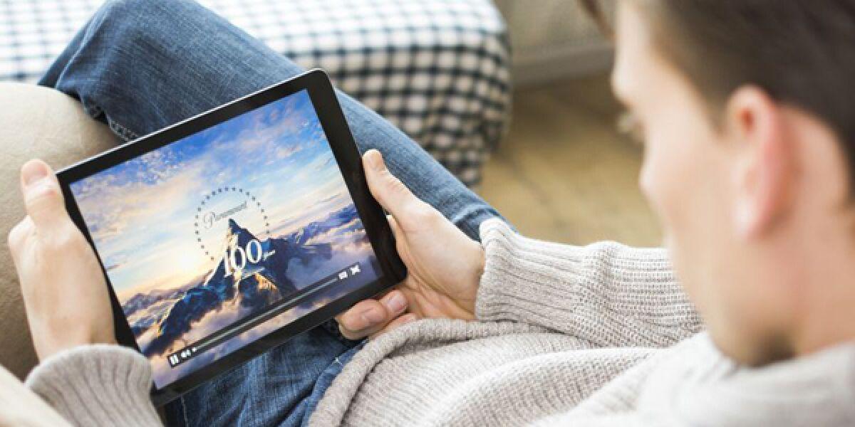 Mann schaut Video auf Tablet an