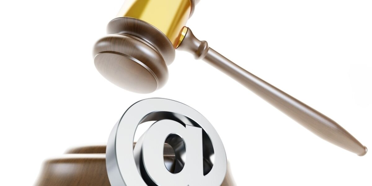 Hammer mit Klammeraffe-Symbol E-Mail-Recht