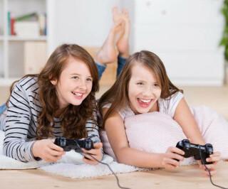 Mädchen beim Computerspielen